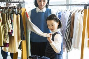 買い物中の日本人親子の写真素材 [FYI04087262]