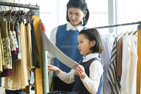 買い物中の日本人親子の写真素材 [FYI04087263]