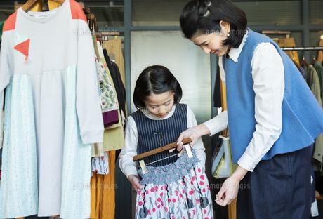 買い物中の日本人親子の写真素材 [FYI04087264]