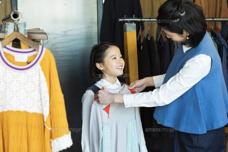 買い物中の日本人親子の写真素材 [FYI04087265]