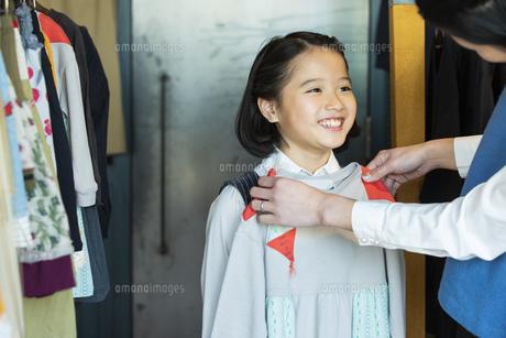 買い物中の日本人親子の写真素材 [FYI04087266]