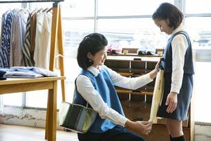 買い物中の日本人親子の写真素材 [FYI04087267]