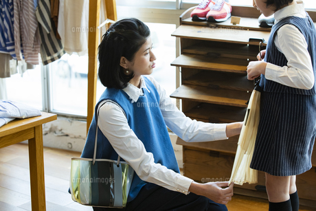 買い物中の日本人親子の写真素材 [FYI04087268]