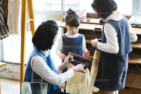 買い物中の日本人親子の写真素材 [FYI04087269]