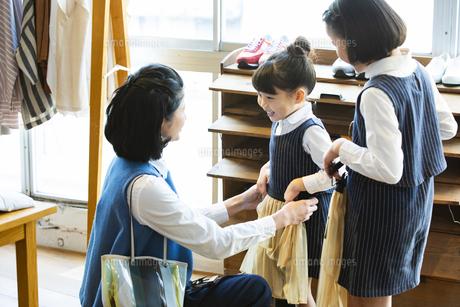 買い物中の日本人親子の写真素材 [FYI04087270]
