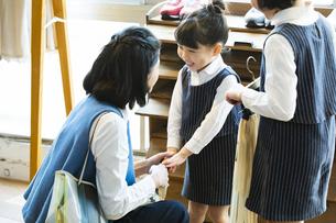 買い物中の日本人親子の写真素材 [FYI04087271]