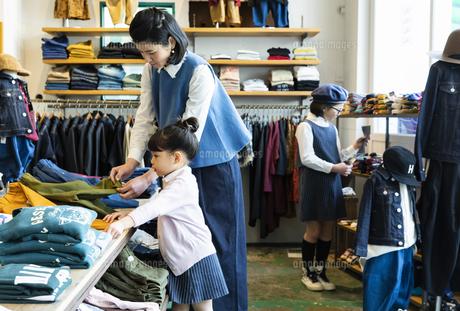 買い物中の日本人親子の写真素材 [FYI04087272]