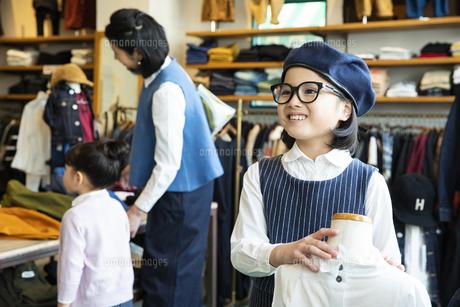 買い物中の日本人親子の写真素材 [FYI04087273]