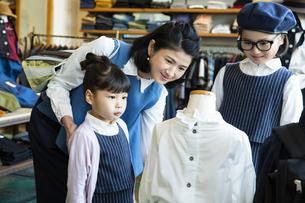 買い物中の日本人親子の写真素材 [FYI04087275]