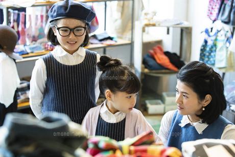 買い物中の日本人親子の写真素材 [FYI04087276]