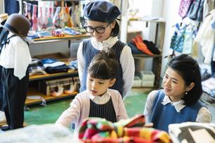 買い物中の日本人親子の写真素材 [FYI04087277]