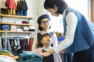 買い物中の日本人親子の写真素材 [FYI04087278]