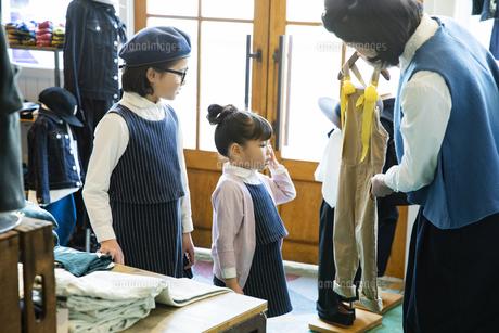 買い物中の日本人親子の写真素材 [FYI04087279]