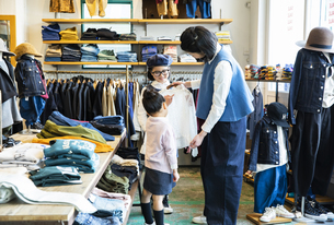買い物中の日本人親子の写真素材 [FYI04087280]