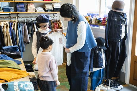 買い物中の日本人親子の写真素材 [FYI04087281]