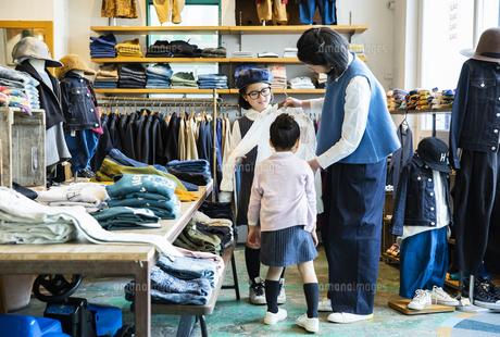 買い物中の日本人親子の写真素材 [FYI04087282]