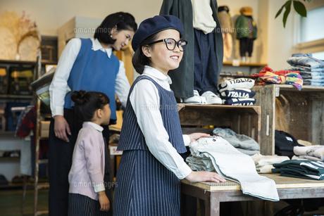 買い物中の日本人親子の写真素材 [FYI04087283]