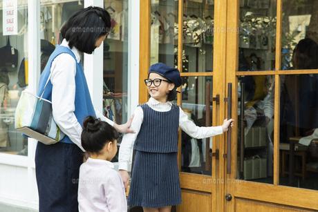 買い物中の日本人親子の写真素材 [FYI04087284]