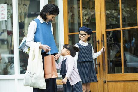 買い物中の日本人親子の写真素材 [FYI04087285]