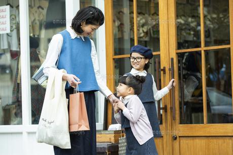 買い物中の日本人親子の写真素材 [FYI04087286]