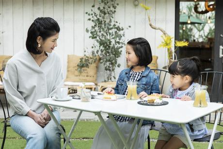 カフェのテラスでくつろぐ日本人親子の写真素材 [FYI04087287]