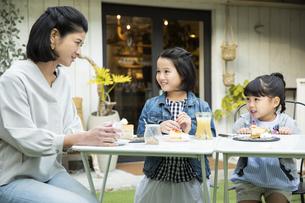カフェのテラスでくつろぐ日本人親子の写真素材 [FYI04087288]