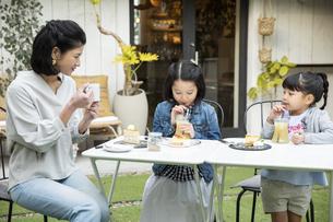 カフェのテラスでくつろぐ日本人親子の写真素材 [FYI04087289]