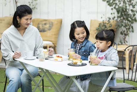 カフェのテラスでくつろぐ日本人親子の写真素材 [FYI04087291]