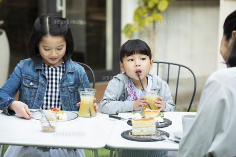 カフェのテラスでくつろぐ日本人親子の写真素材 [FYI04087292]