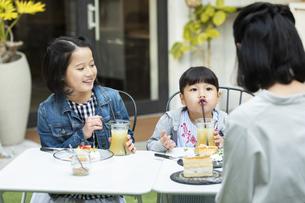 カフェのテラスでくつろぐ日本人親子の写真素材 [FYI04087293]