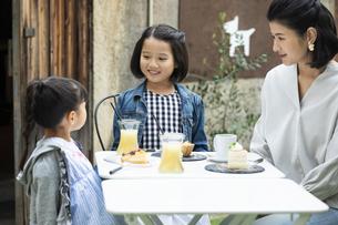 カフェのテラスでくつろぐ日本人親子の写真素材 [FYI04087294]