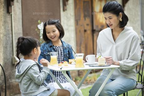 カフェのテラスでくつろぐ日本人親子の写真素材 [FYI04087295]