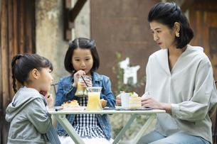 カフェのテラスでくつろぐ日本人親子の写真素材 [FYI04087296]