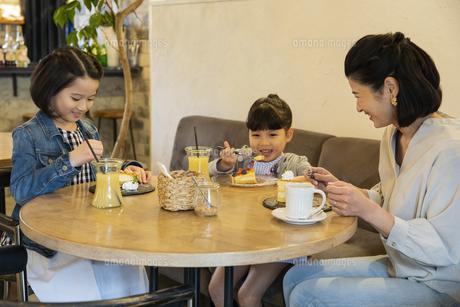 カフェでくつろぐ日本人親子の写真素材 [FYI04087297]