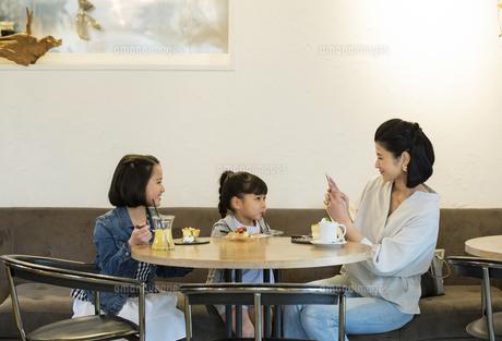 カフェでくつろぐ日本人親子の写真素材 [FYI04087298]