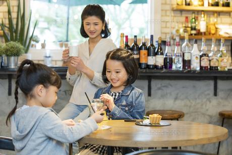 カフェでくつろぐ日本人親子の写真素材 [FYI04087300]