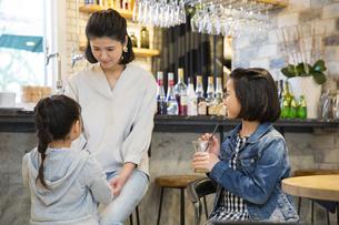 カフェでくつろぐ日本人親子の写真素材 [FYI04087301]