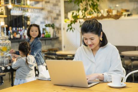 カフェでノートパソコンを操作する日本人女性の写真素材 [FYI04087302]