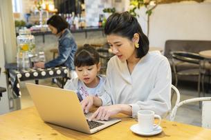 カフェでノートパソコンを見る日本人親子の写真素材 [FYI04087303]