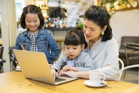 カフェでノートパソコンを見る日本人親子の写真素材 [FYI04087304]
