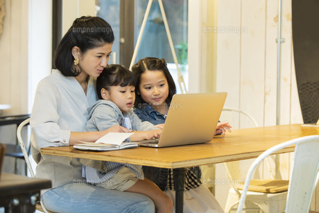 カフェでノートパソコンを見る日本人親子の写真素材 [FYI04087305]