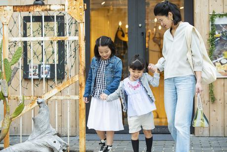 買い物中の日本人親子の写真素材 [FYI04087307]