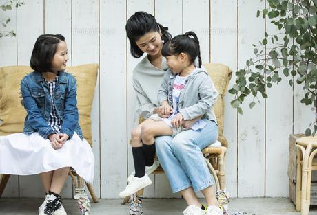 テラスでくつろぐ日本人親子の写真素材 [FYI04087308]