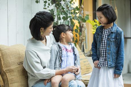 テラスでくつろぐ日本人親子の写真素材 [FYI04087309]