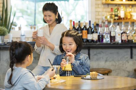 カフェでくつろぐ日本人親子の写真素材 [FYI04087310]