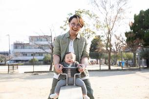 公園で遊ぶ父親と赤ちゃんの写真素材 [FYI04087328]