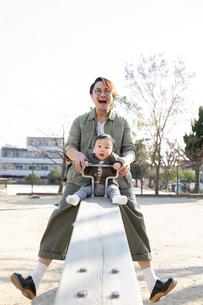 公園で遊ぶ父親と赤ちゃんの写真素材 [FYI04087331]