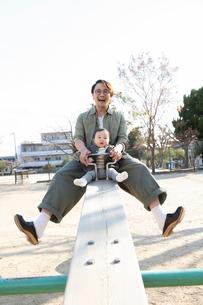 公園で遊ぶ父親と赤ちゃんの写真素材 [FYI04087332]