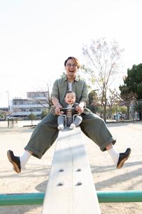 公園で遊ぶ父親と赤ちゃんの写真素材 [FYI04087333]