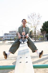 公園で遊ぶ父親と赤ちゃんの写真素材 [FYI04087334]